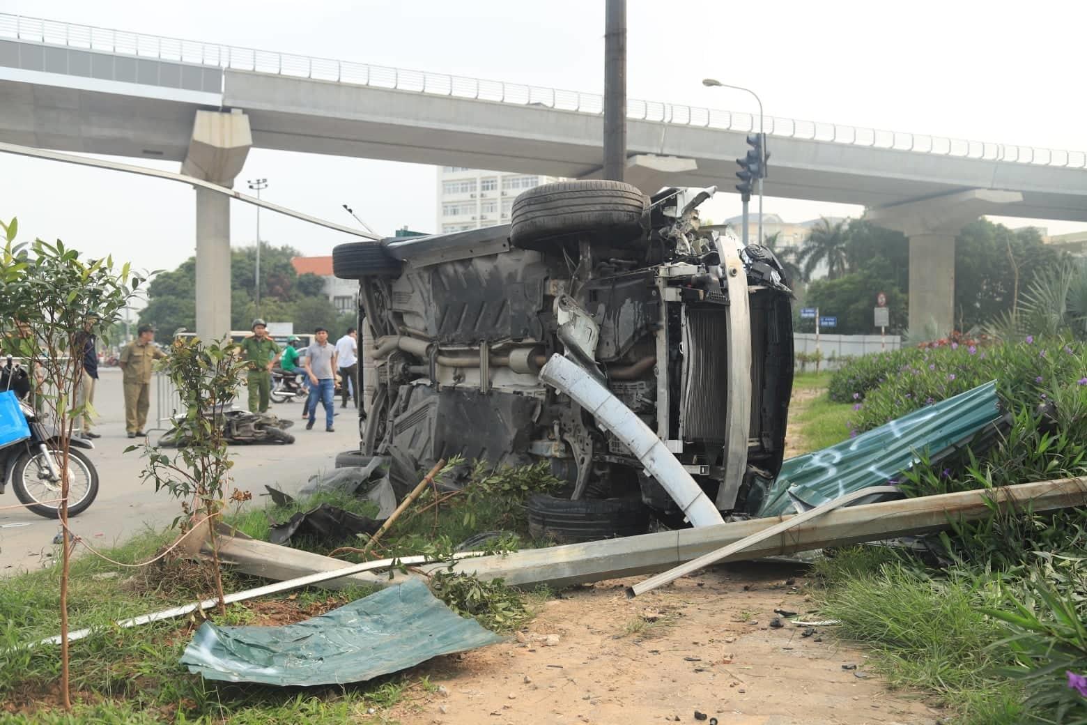 Nữ tài xế Mercedes mất lái đâm hàng loạt xe máy khiến 3 nạn nhân bị thương, nhiều người hoảng loạn-7