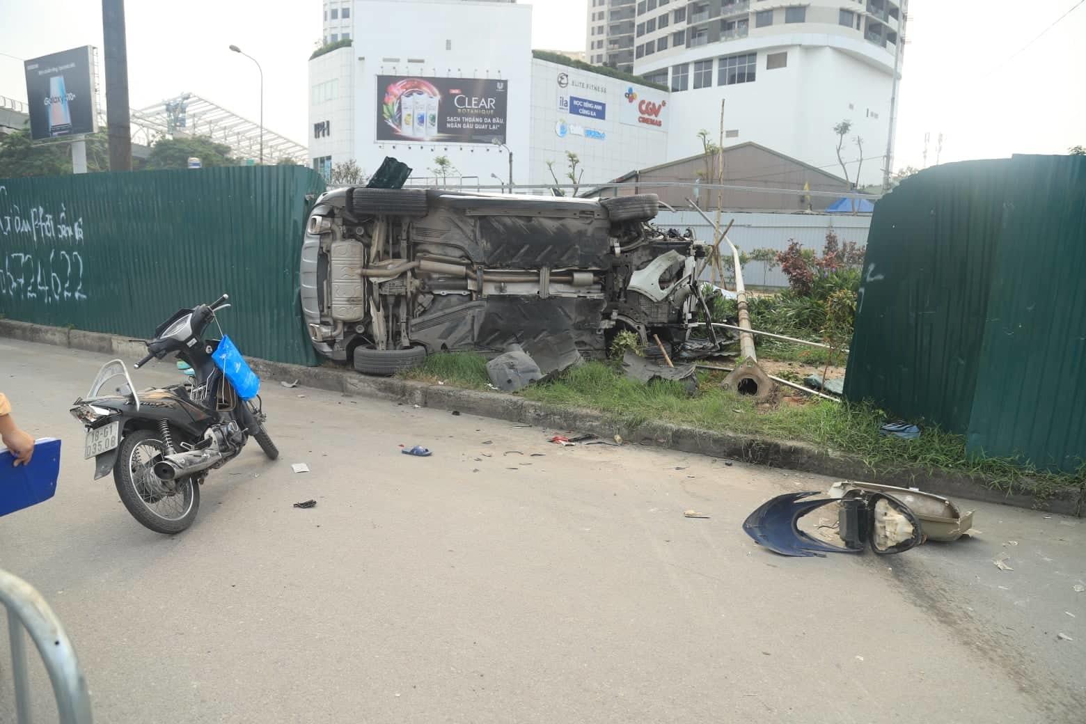 Nữ tài xế Mercedes mất lái đâm hàng loạt xe máy khiến 3 nạn nhân bị thương, nhiều người hoảng loạn-8