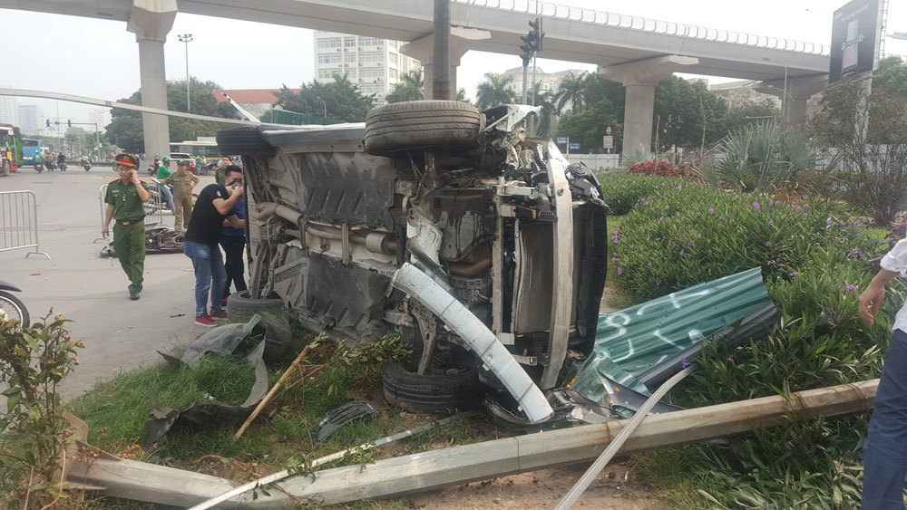 Nữ tài xế Mercedes mất lái đâm hàng loạt xe máy khiến 3 nạn nhân bị thương, nhiều người hoảng loạn-10