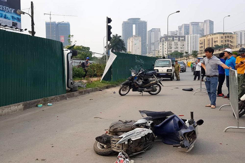 Nữ tài xế Mercedes mất lái đâm hàng loạt xe máy khiến 3 nạn nhân bị thương, nhiều người hoảng loạn-12