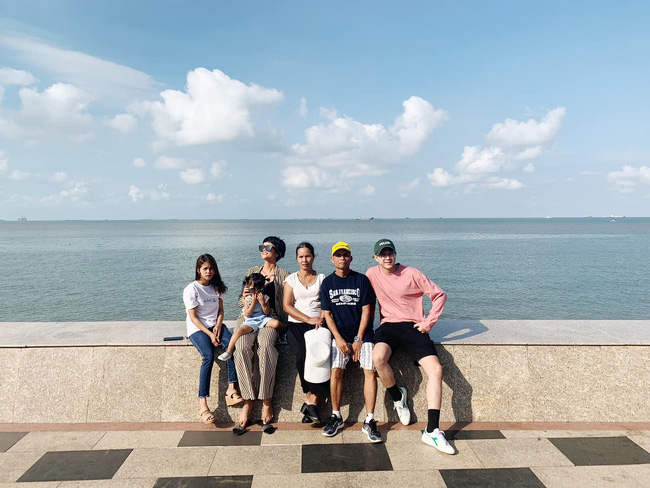 H'Hen Niê khoe ảnh đưa gia đình đi du lịch nhưng chàng trai lạ mặt xuất hiện chung khung hình mới là tâm điểm chú ý!-1