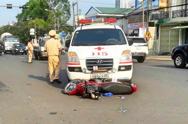 Xe cứu thương vượt đèn đỏ tông xe máy, 1 người dập não-1