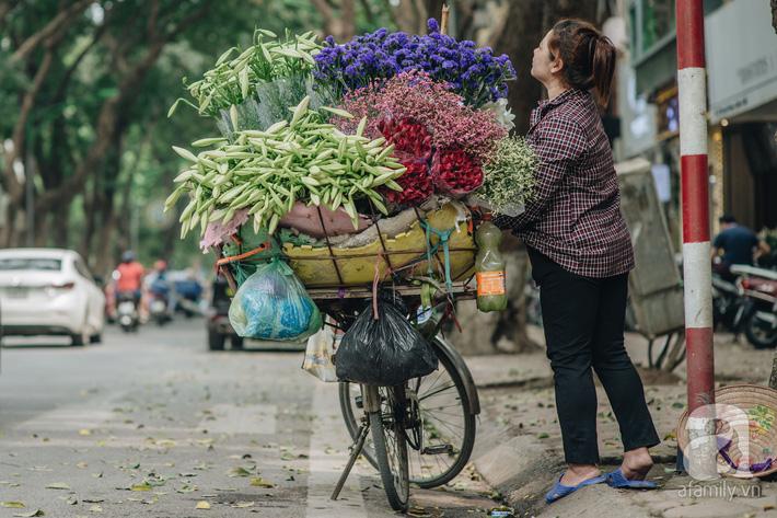 Tháng 4 về, Hà Nội lại dịu dàng những gánh loa kèn trắng tinh khôi, thơm nồng nàn khắp các góc phố-10
