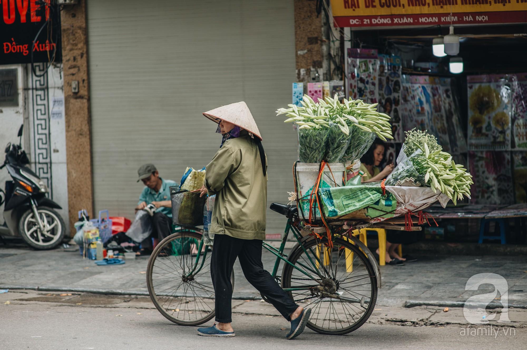 Tháng 4 về, Hà Nội lại dịu dàng những gánh loa kèn trắng tinh khôi, thơm nồng nàn khắp các góc phố-11