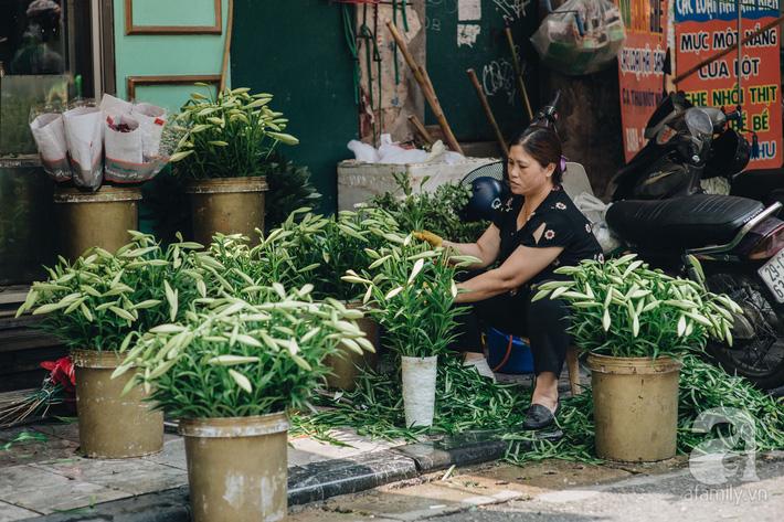 Tháng 4 về, Hà Nội lại dịu dàng những gánh loa kèn trắng tinh khôi, thơm nồng nàn khắp các góc phố-13