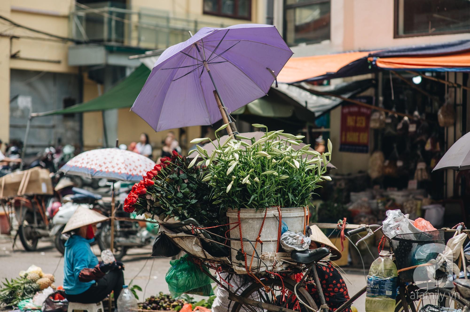 Tháng 4 về, Hà Nội lại dịu dàng những gánh loa kèn trắng tinh khôi, thơm nồng nàn khắp các góc phố-7