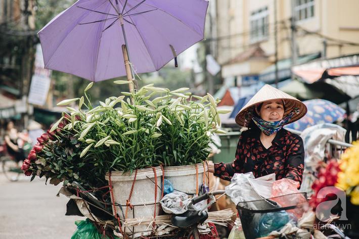 Tháng 4 về, Hà Nội lại dịu dàng những gánh loa kèn trắng tinh khôi, thơm nồng nàn khắp các góc phố-9