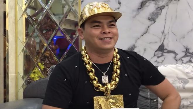 Phúc XO sắm mũ vàng đính kim cương trị giá 1,8 tỷ và thú chơi ngông của đại gia Việt-1