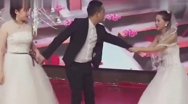 Người yêu cũ của chú rể mặc váy cưới đến xin lỗi, thái độ của cô dâu mới bất ngờ-1