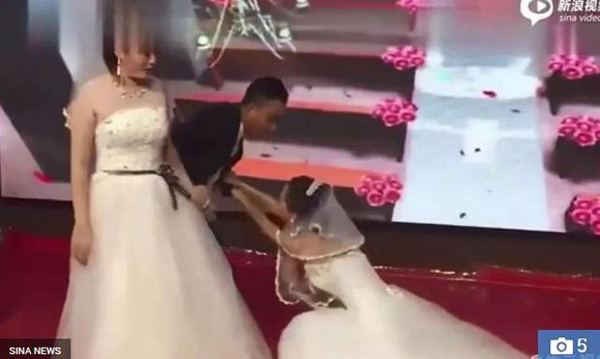Người yêu cũ của chú rể mặc váy cưới đến xin lỗi, thái độ của cô dâu mới bất ngờ-2