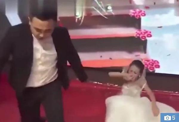 Người yêu cũ của chú rể mặc váy cưới đến xin lỗi, thái độ của cô dâu mới bất ngờ-4