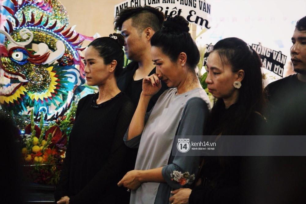 Bạn bè nghệ sĩ lặng người, bật khóc trong tang lễ cố diễn viên Anh Vũ-16
