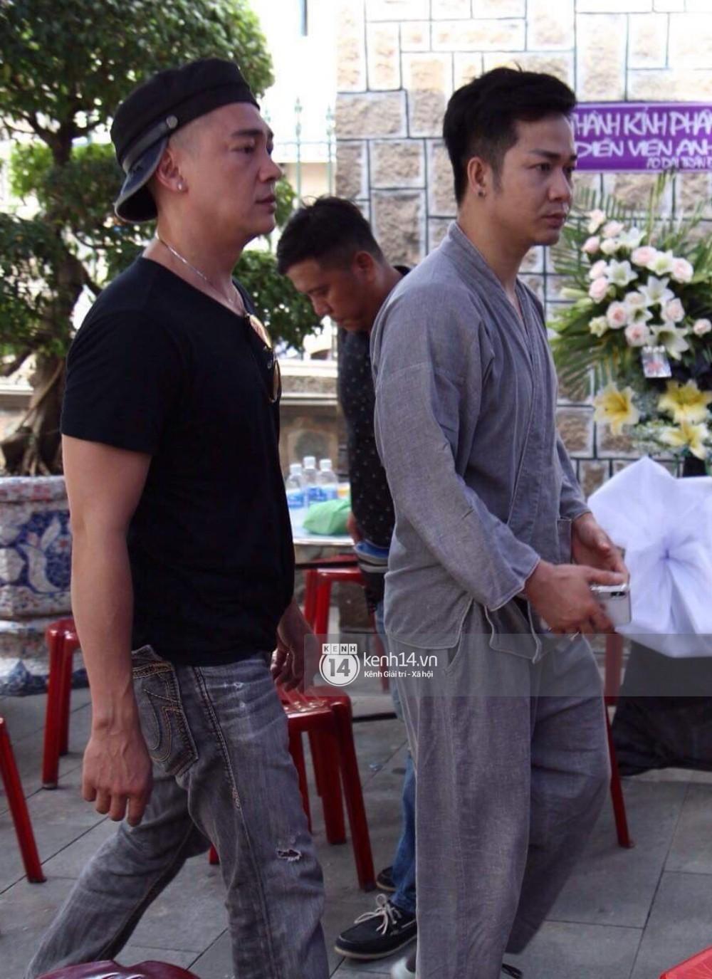 Bạn bè nghệ sĩ lặng người, bật khóc trong tang lễ cố diễn viên Anh Vũ-15