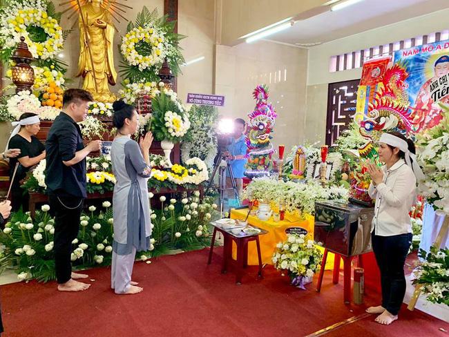 Trịnh Kim Chi khóc ngất khi tới viếng nghệ sĩ Anh Vũ, nghẹn ngào nói lời tiễn biệt người bạn thân thiết-6