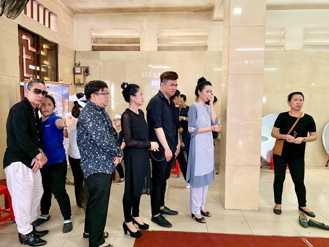 Trịnh Kim Chi khóc ngất khi tới viếng nghệ sĩ Anh Vũ, nghẹn ngào nói lời tiễn biệt người bạn thân thiết-1