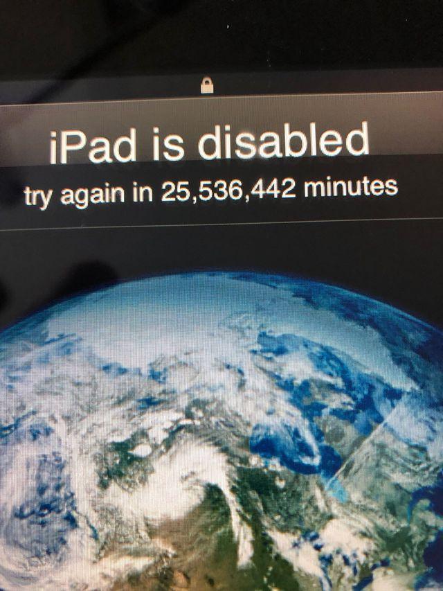 Nghịch iPad của bố, bé 3 tuổi khiến chiếc máy tính bảng bị khóa trong... 49 năm-1