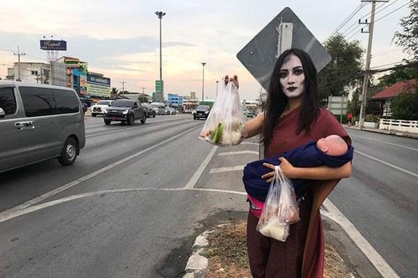 Ma nữ tay bế búp bê tay bán thịt nướng bên đường cao tốc gây sốt-2