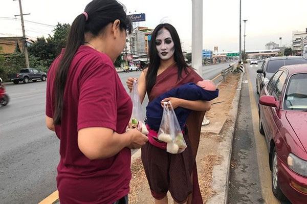 Ma nữ tay bế búp bê tay bán thịt nướng bên đường cao tốc gây sốt-3