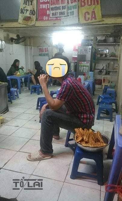 Hình ảnh người đàn ông cầm bát hương đi... mua cháo cho vợ khiến cả quán xôn xao-1