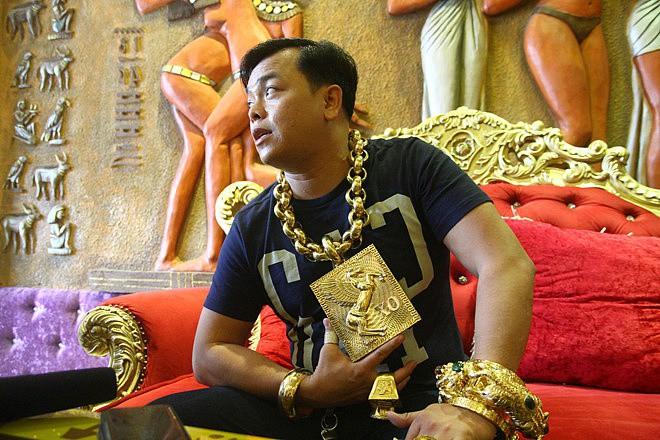 Chân dung Phúc XO: Từ đại gia thuê vệ sĩ cầm vàng đến chủ quán karaoke 60 tỷ bị tạm giữ vì dính líu ma túy-11