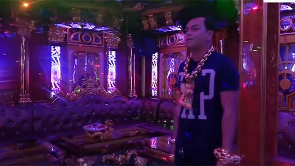 Chân dung Phúc XO: Từ đại gia thuê vệ sĩ cầm vàng đến chủ quán karaoke 60 tỷ bị tạm giữ vì dính líu ma túy-3