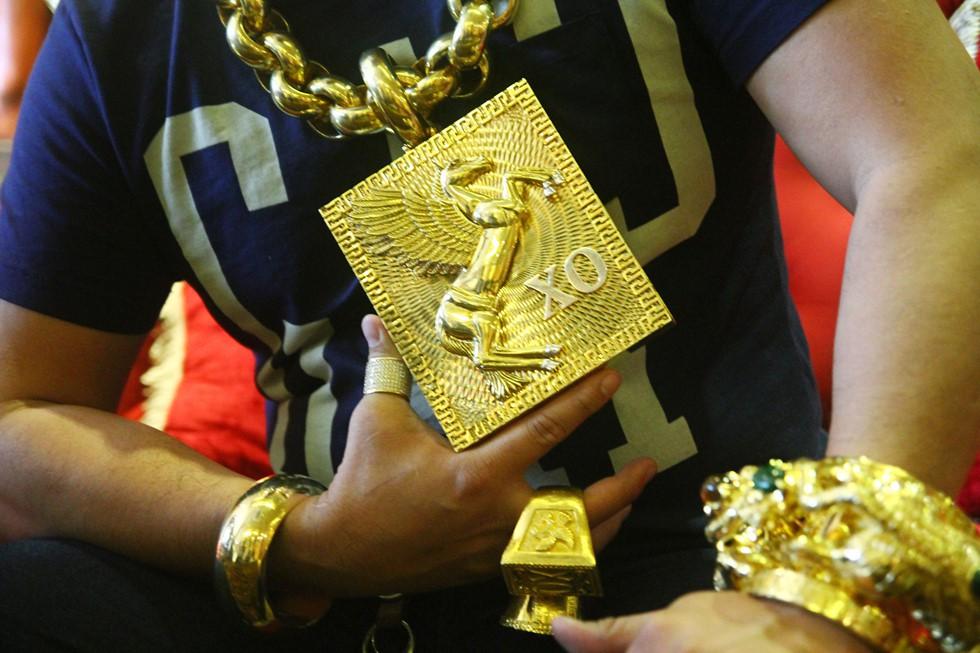 Chân dung Phúc XO: Từ đại gia thuê vệ sĩ cầm vàng đến chủ quán karaoke 60 tỷ bị tạm giữ vì dính líu ma túy-4