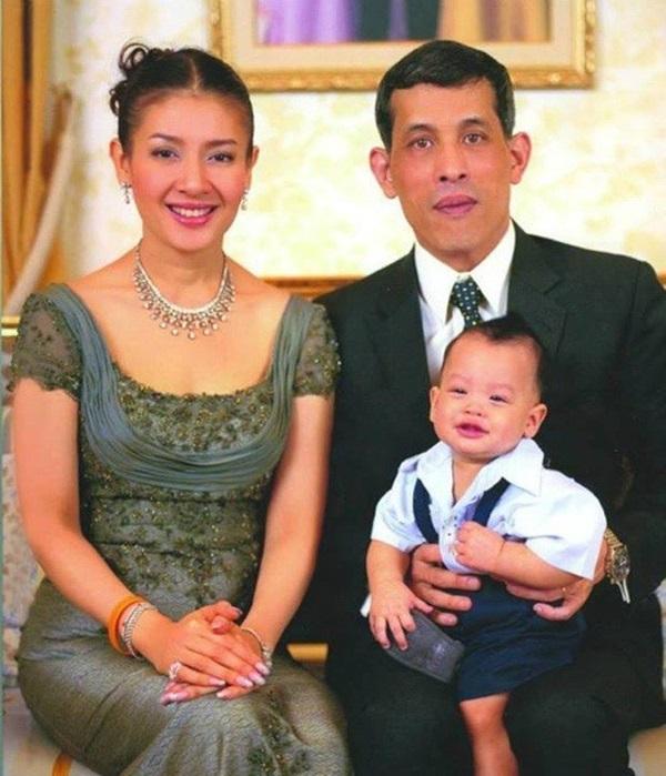 Góc khuất cung điện hoàng gia: Sự thật nghẹn ngào đằng sau bức hình Hoàng tử nhỏ Thái Lan quỳ lạy mẹ trên manh chiếu nhỏ được lan truyền trên mạng xã hội-1