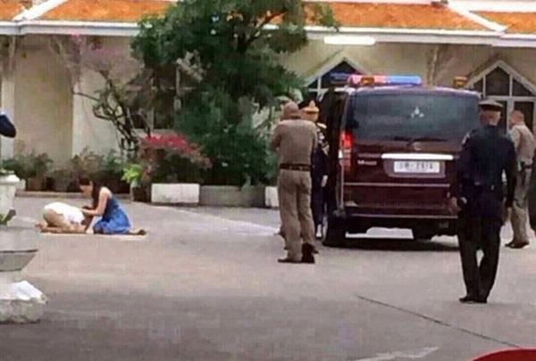 Góc khuất cung điện hoàng gia: Sự thật nghẹn ngào đằng sau bức hình Hoàng tử nhỏ Thái Lan quỳ lạy mẹ trên manh chiếu nhỏ được lan truyền trên mạng xã hội-2