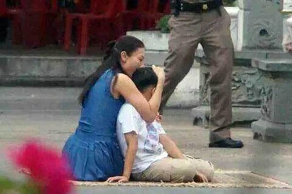 Góc khuất cung điện hoàng gia: Sự thật nghẹn ngào đằng sau bức hình Hoàng tử nhỏ Thái Lan quỳ lạy mẹ trên manh chiếu nhỏ được lan truyền trên mạng xã hội-3