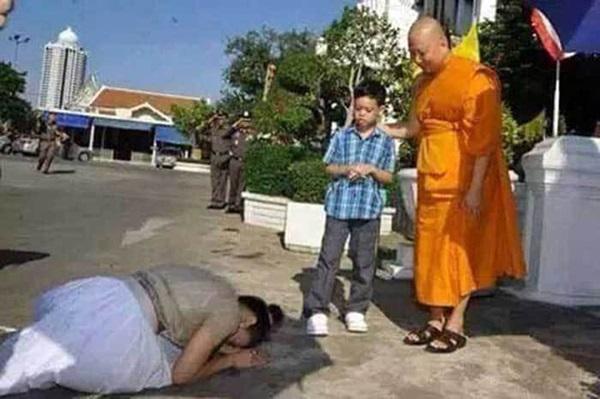 Góc khuất cung điện hoàng gia: Sự thật nghẹn ngào đằng sau bức hình Hoàng tử nhỏ Thái Lan quỳ lạy mẹ trên manh chiếu nhỏ được lan truyền trên mạng xã hội-4