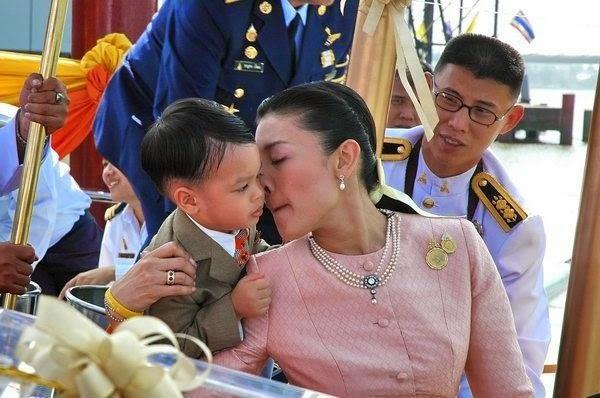Góc khuất cung điện hoàng gia: Sự thật nghẹn ngào đằng sau bức hình Hoàng tử nhỏ Thái Lan quỳ lạy mẹ trên manh chiếu nhỏ được lan truyền trên mạng xã hội-6