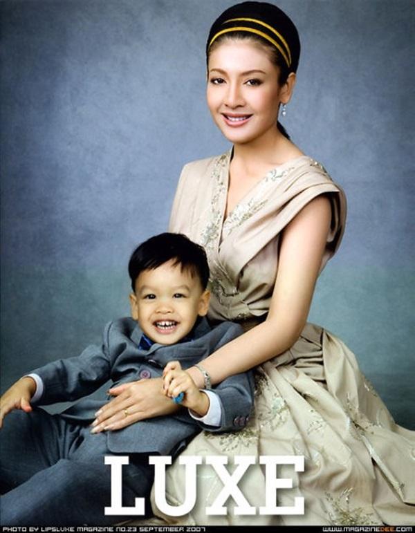 Góc khuất cung điện hoàng gia: Sự thật nghẹn ngào đằng sau bức hình Hoàng tử nhỏ Thái Lan quỳ lạy mẹ trên manh chiếu nhỏ được lan truyền trên mạng xã hội-7