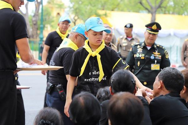 Góc khuất cung điện hoàng gia: Sự thật nghẹn ngào đằng sau bức hình Hoàng tử nhỏ Thái Lan quỳ lạy mẹ trên manh chiếu nhỏ được lan truyền trên mạng xã hội-8