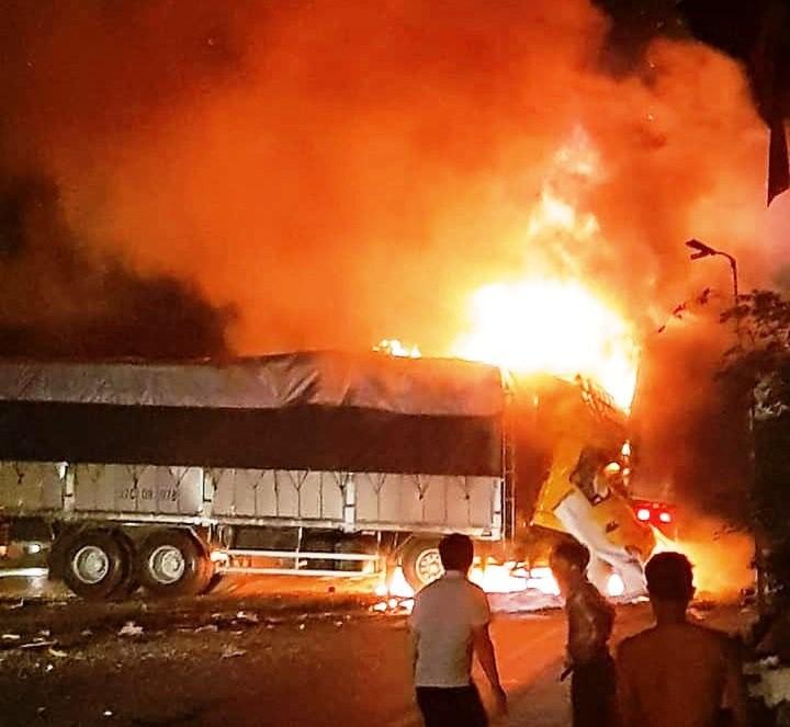 Tai nạn liên hoàn giữa 3 ô tô trên QL1A, 2 người chết cháy trên ca bin xe tải-1