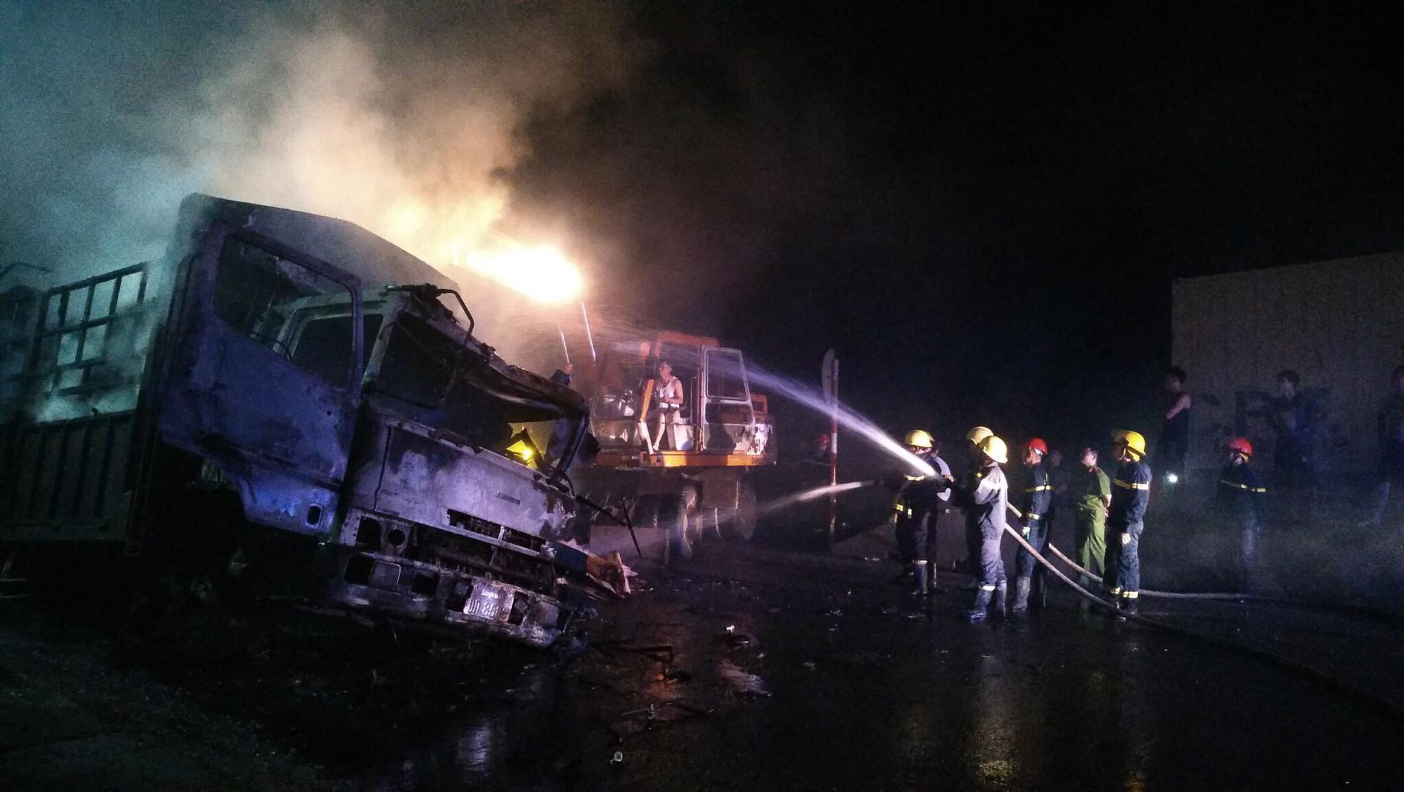 Tai nạn liên hoàn giữa 3 ô tô trên QL1A, 2 người chết cháy trên ca bin xe tải-2