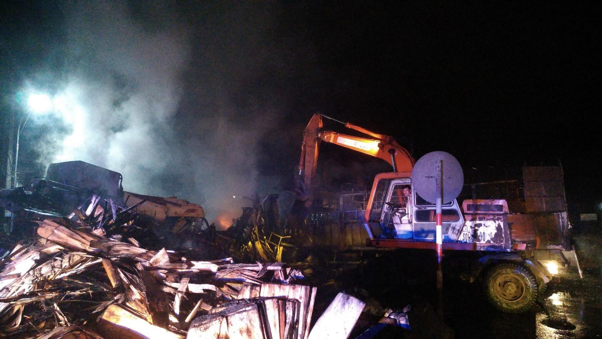 Tai nạn liên hoàn giữa 3 ô tô trên QL1A, 2 người chết cháy trên ca bin xe tải-3