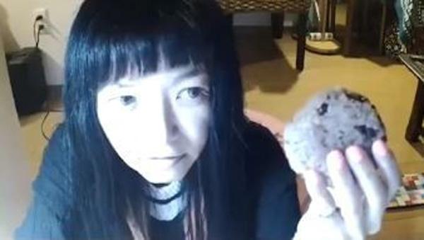 Đang livestream bình thường, cô gái đột nhiên đòi ăn nắm cơm to bằng nắm đấm, 3 phút sau bi kịch xảy ra-1
