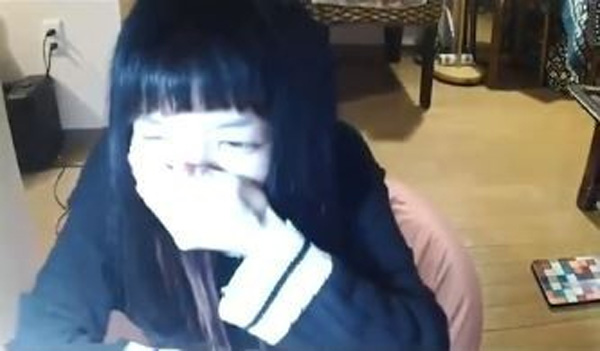 Đang livestream bình thường, cô gái đột nhiên đòi ăn nắm cơm to bằng nắm đấm, 3 phút sau bi kịch xảy ra-3