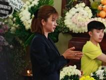 Bạn bè bật khóc, bần thần trong lễ viếng nghệ sĩ Anh Vũ ngày thứ 2