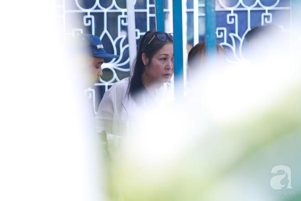 Bạn bè bật khóc, bần thần trong lễ viếng nghệ sĩ Anh Vũ ngày thứ 2-2