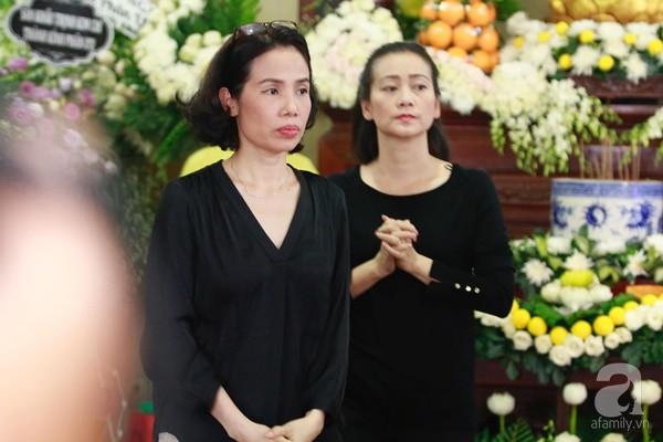 Bạn bè bật khóc, bần thần trong lễ viếng nghệ sĩ Anh Vũ ngày thứ 2-3
