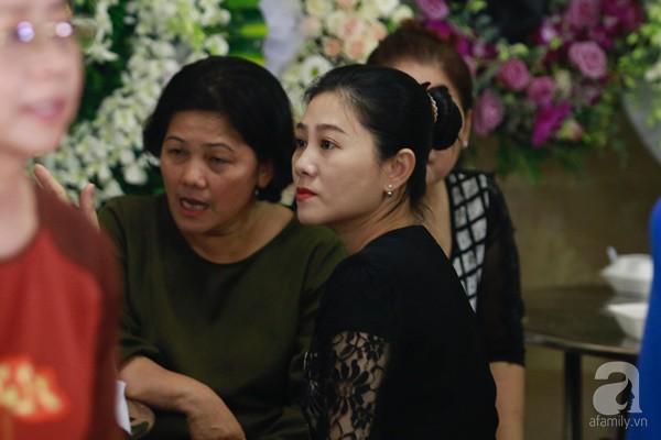 Bạn bè bật khóc, bần thần trong lễ viếng nghệ sĩ Anh Vũ ngày thứ 2-4