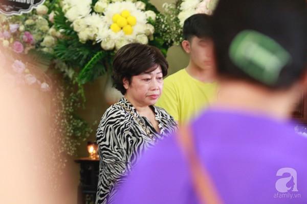 Bạn bè bật khóc, bần thần trong lễ viếng nghệ sĩ Anh Vũ ngày thứ 2-5