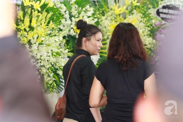 Bạn bè bật khóc, bần thần trong lễ viếng nghệ sĩ Anh Vũ ngày thứ 2-9