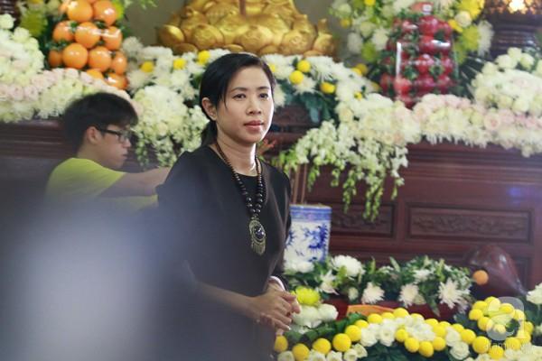 Bạn bè bật khóc, bần thần trong lễ viếng nghệ sĩ Anh Vũ ngày thứ 2-11