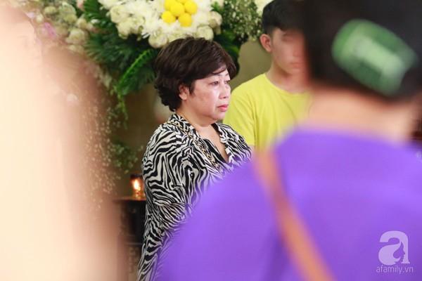 Bạn bè bật khóc, bần thần trong lễ viếng nghệ sĩ Anh Vũ ngày thứ 2-6