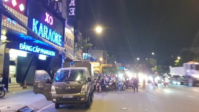 Hàng chục cảnh sát khám xét quán karaoke của đại gia vàng Phúc XO lúc nửa đêm sau nghi án dính đến ma túy-1