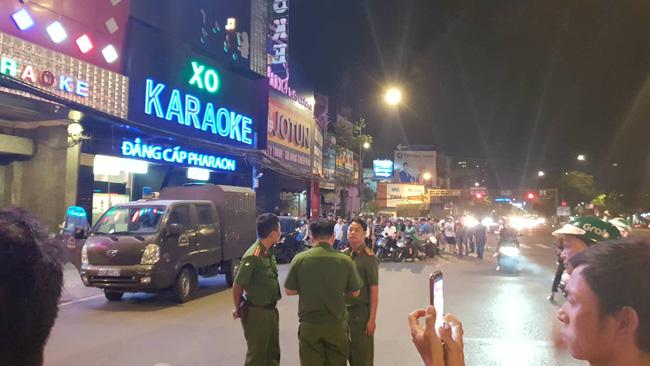 Hàng chục cảnh sát khám xét quán karaoke của đại gia vàng Phúc XO lúc nửa đêm sau nghi án dính đến ma túy-2