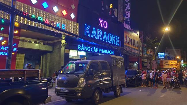 Hàng chục cảnh sát khám xét quán karaoke của đại gia vàng Phúc XO lúc nửa đêm sau nghi án dính đến ma túy-3