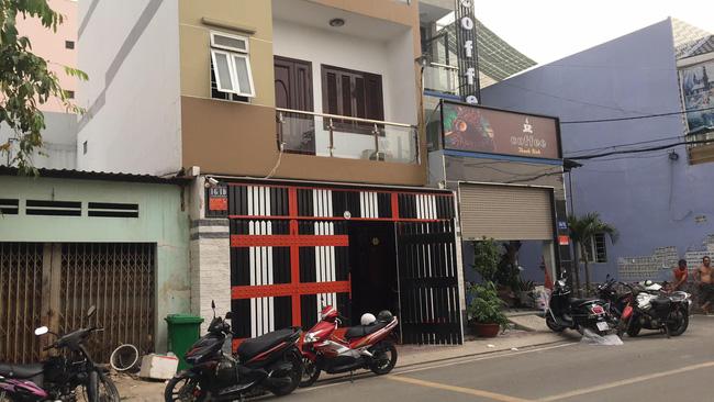 Hàng chục cảnh sát khám xét quán karaoke của đại gia vàng Phúc XO lúc nửa đêm sau nghi án dính đến ma túy-4